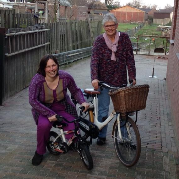 Geke en Catharina op de fiets voor kinderen